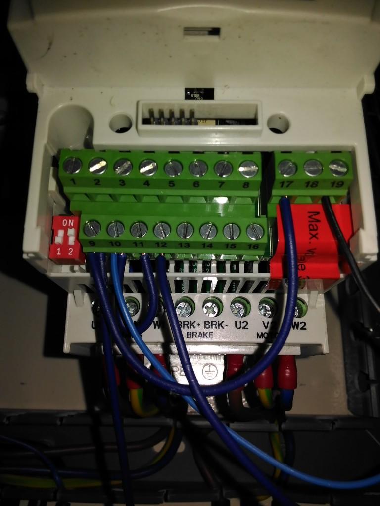 Koneksi di terminal Inverter